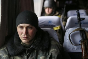Ukrainian-servicemen-who-fought-in-Debaltseve-are-seen-in-a-bus-before-leaving-for-home-near-Artemivsk