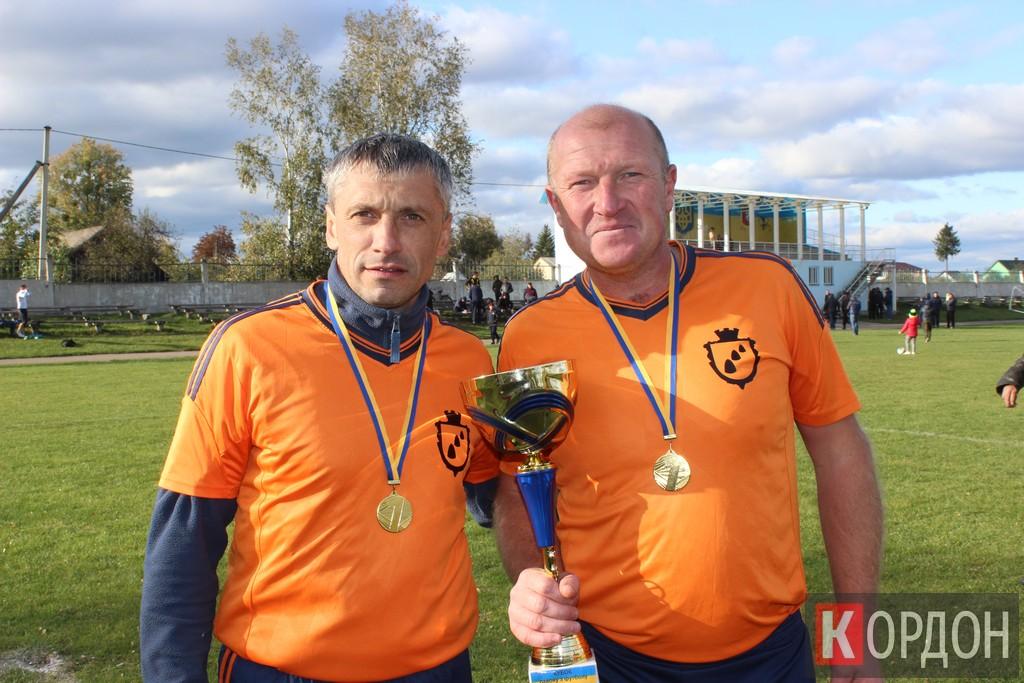 Найдоствіченіші гравці куснищанської команди_ 40-річний Василь Войтюк (ліворуч) і 46-річний Володимир Зінчук